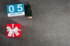 Januari 5th Dag för bild 5 av den Januari månaden, kalender med gåvan x-mas och julträd Bakgrund för nytt år med tomt Royaltyfri Bild