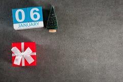 Januari 6th Dag för bild 6 av den Januari månaden, kalender med gåvan x-mas och julträd Bakgrund för nytt år med tomt Royaltyfri Bild