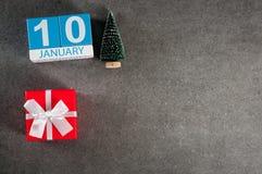 Januari 10th Dag för bild 10 av den Januari månaden, kalender med gåvan x-mas och julträd Bakgrund för nytt år med tomt Royaltyfri Foto
