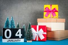 Januari 4th Dag för bild 4 av den januari månaden, kalender på jul och bakgrund för nytt år med gåvor och liten jul Arkivfoto