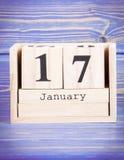 Januari 17th Datum av 17 Januari på träkubkalender Arkivbilder