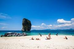 19 januari 2014: Toerist op het strand in Thailand, Azië Po-DA Isla Stock Foto
