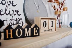 1 Januari träkalender med det hem- tecknet lycklig ferievinter Arkivfoto