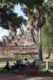 Januari 2 2018, tuktuk och väntande yttersida för chaufför den 10th Rup för århundrade Pre templet Arkivfoto
