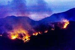 JANUARI 2018, VENTURA CALIFORNIË - Thomas Fire brandt dichtbij Meiners-Eiken in de Ojai-Vallei, Ventura Horizontaal Dark, stock afbeeldingen