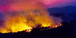 JANUARI 2018, VENTURA CALIFORNIË - Thomas Fire brandt dichtbij Meiners-Eiken in de Ojai-Vallei, Ventura Natuurlijk, Hemel royalty-vrije stock afbeelding