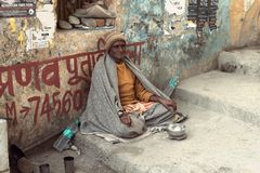 An old Indian beggar waits for alms on a street Royalty Free Stock Photos