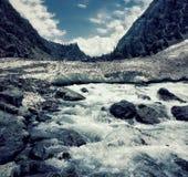 Janury 2019, Gulmarg, Cachemira, la India Turistas en el valle de Gulmarg Se congela el valle y el río está originando de imagen de archivo libre de regalías
