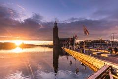 21 janvier 2017 : Coucher du soleil par l'hôtel de ville de Stockholm, Suède Photos libres de droits