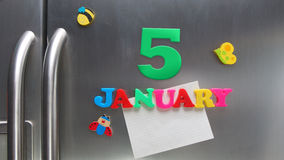 5 janvier date civile faite avec les lettres magnétiques en plastique Image stock