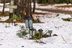22 janvier 2017 : Lampe décorant des tombes dans le cem de Skogskyrkogarden Image libre de droits