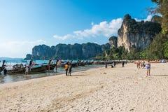 20 JANVIER 2015 : les gens sur la plage en Thaïlande, Asie Karbi Islan Image libre de droits
