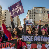 21 JANVIER 2017, LOS ANGELES, CA Jane Fonda et Frances Fisher participent en mars des femmes, 750.000 activistes protestant Donal Image libre de droits