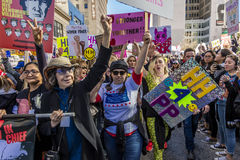 21 JANVIER 2017, LOS ANGELES, CA Lily Tomlin et Miley Cyrus participent en mars des femmes, 750.000 activistes protestant Donald Photo stock