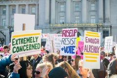 20 janvier 2018 San Francisco/CA/Etats-Unis - les divers signes augmentés au ` s mars de femmes se rassemblent Image stock