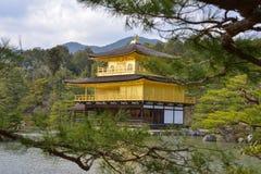 Japão curso Kinkakuji pavilhão abril de 2018 dourado fotografia de stock