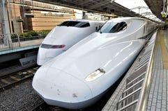 Japão, dois trens shinkansen imagem de stock royalty free
