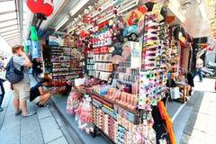Japão: Dori de Nakamise em Asakusa, Tóquio fotografia de stock royalty free