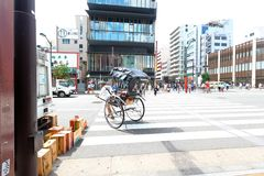 Japão: Serviço do riquexó com o turista em Asakusa Imagem de Stock Royalty Free