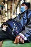 JAPÃO, TÓQUIO - EM NOVEMBRO DE 2016: Um homem não identificado com os dedos quebrados no trem em Japão Os trens em japão reservar fotografia de stock royalty free