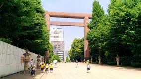 Japão, Tóquio, a opinião os estudantes pequenos foto de stock
