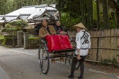 Japón, Arashiyama, 04/06/2017 Pares japoneses en un carro foto de archivo libre de regalías