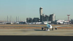 JAPÓN - 1 DE FEBRERO: Eva Air Airbus 330 hola Kitty Speed Puff Jet que lleva en taxi en el aeropuerto de Narita metrajes