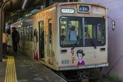 Japón, Kyoto, 04/07/2017 El tren púrpura llega la estación imagenes de archivo