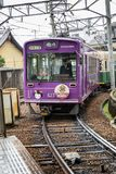 Japón, Kyoto, 04/07/2017 El tren púrpura llega la estación fotos de archivo libres de regalías