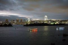 Japón, Tokio, opinión de la noche de la bahía con su puente y estatua de la libertad foto de archivo