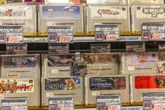 Japón, Tokio, 04/12/2017 Videoconsolas en la tienda foto de archivo