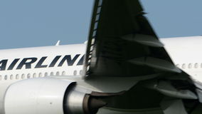 Japan Airlines B777 landning på den Narita flygplatsen arkivfilmer