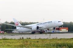 Japan Airlines Boeing 787 Dreamliner som tar av Royaltyfri Fotografi