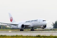 Japan Airlines Boeing 787 Dreamliner som tar av Royaltyfri Bild