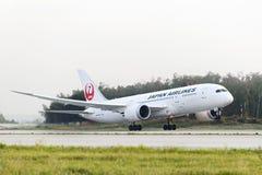 Japan Airlines Boeing 787 Dreamliner som tar av Royaltyfria Bilder