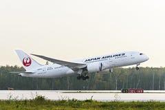 Japan Airlines Boeing 787 Dreamliner som tar av Arkivfoton