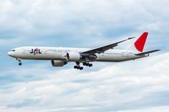Japan Airlines Boeing 777-300ER JA743J samolotu pasażerskiego lądowanie przy Frankfurt lotniskiem fotografia royalty free