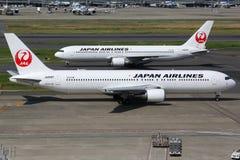 Japan Airlines Boeing 767-300 på den Tokyo Haneda flygplatsen Arkivfoto