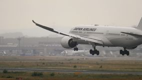 Japan Airlines Dreamliner Boeing 787 que se acerca almacen de metraje de vídeo