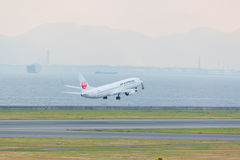 Japan Airlines i Chubu Centrair den internationella flygplatsen Japan Arkivfoto