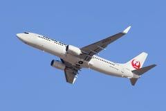 Japan Airlines JA303J Boeiing 737-800 take-0ff à l'aéroport de Pékin, Chine Images stock