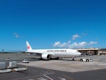 Japan Airlines (Jair) που φορολογεί όπως προετοιμάζεται για την απογείωση σε Hon Στοκ εικόνα με δικαίωμα ελεύθερης χρήσης