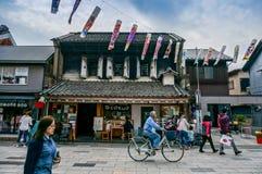 JAPAN - 6 april, 2015: De mensen lopen en cirkelend in oude stad van Ka royalty-vrije stock afbeelding