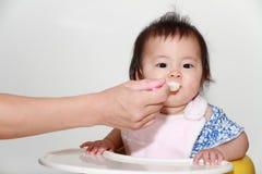 Japan behandla som ett barn flickan som att äta behandla som ett barn mat Royaltyfri Bild