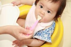 Japan behandla som ett barn flickan som att äta behandla som ett barn mat Royaltyfria Foton