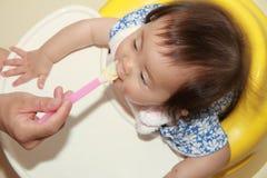 Japan behandla som ett barn flickan som att äta behandla som ett barn mat Royaltyfri Foto