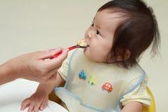 Japan behandla som ett barn flickan som att äta behandla som ett barn mat Royaltyfria Bilder