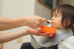 Japan behandla som ett barn flickan som att äta behandla som ett barn mat Royaltyfri Fotografi
