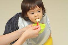 Japan behandla som ett barn flickan som att äta behandla som ett barn mat Arkivbilder