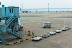 Japan - circa 2014: Landungsflugzeuge, Wartestarterlaubnisflugzeuge auf Rollbahn, Be- und Entladungs-Gepäck bei Narit lizenzfreies stockbild